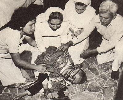 Uskup Agung Romero rebah setelah ditembak sewaktu upacara misa kudus